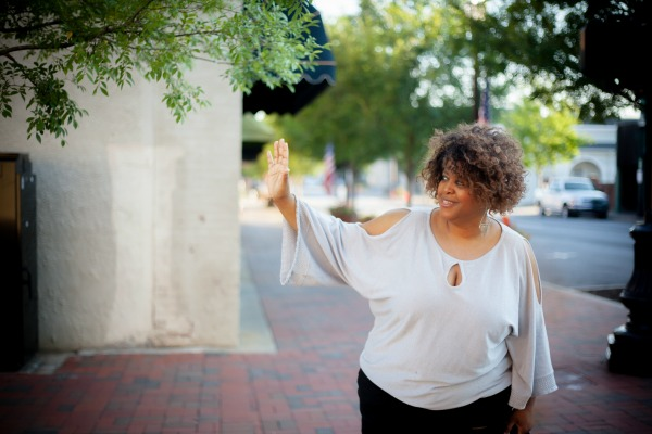 woman-waving-robincharmagne